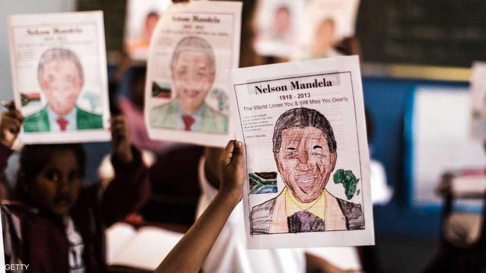 مانديلا.. المناضل سيرته وصوره حاضرة