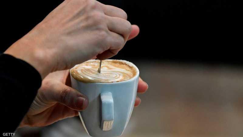 """قهوة سوداء أو بالحليب؟ خبراء الصحة يحددون """"الأفضل"""" لصحتك"""