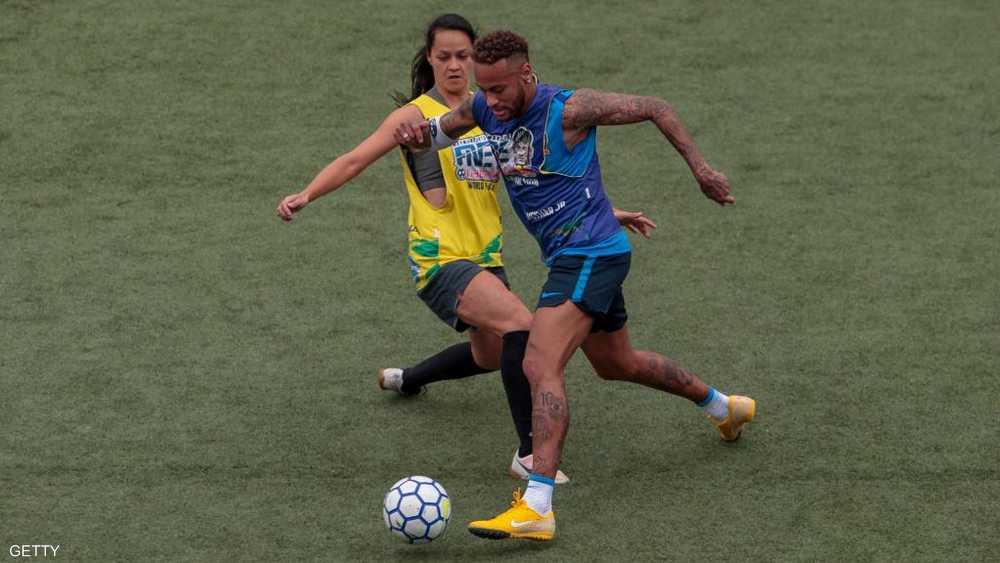 نيمار يمر بالكرة من لاعبة في دورة بالبرازيل