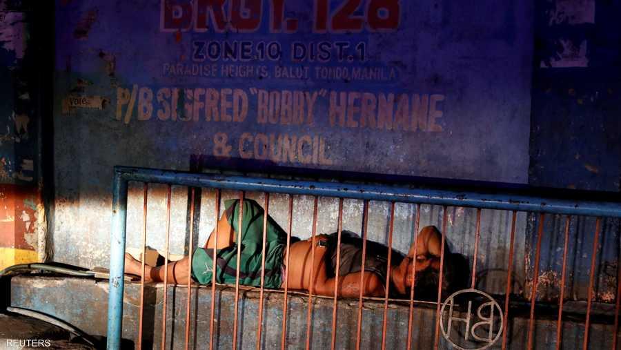 أحد المشردين في حي فقير بمانيلا