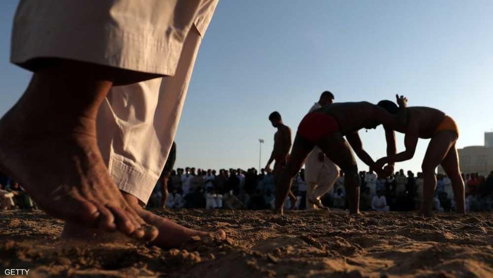 تقوم اللعبة على قتال بين شخصين بين الرمال والوحول