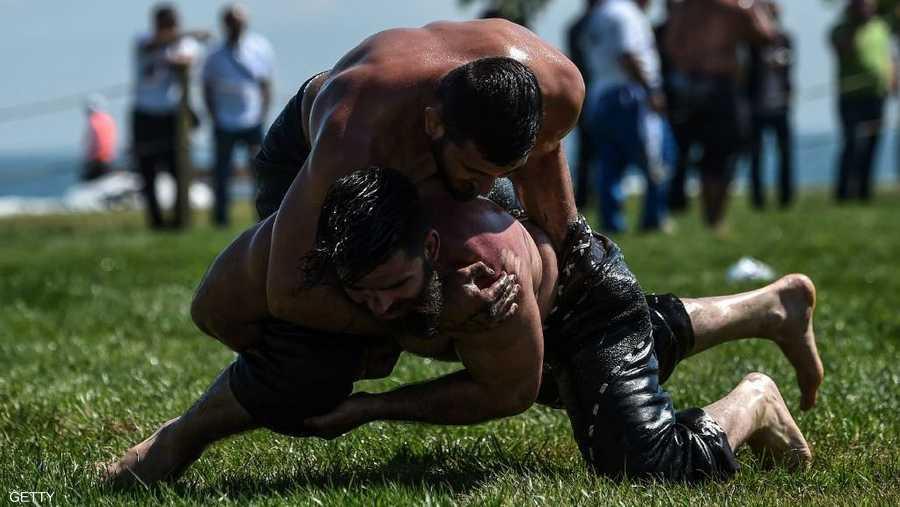 تقام المنافسات فوق مرج عشبي بعد دهن الجسم بزيت الزيتون