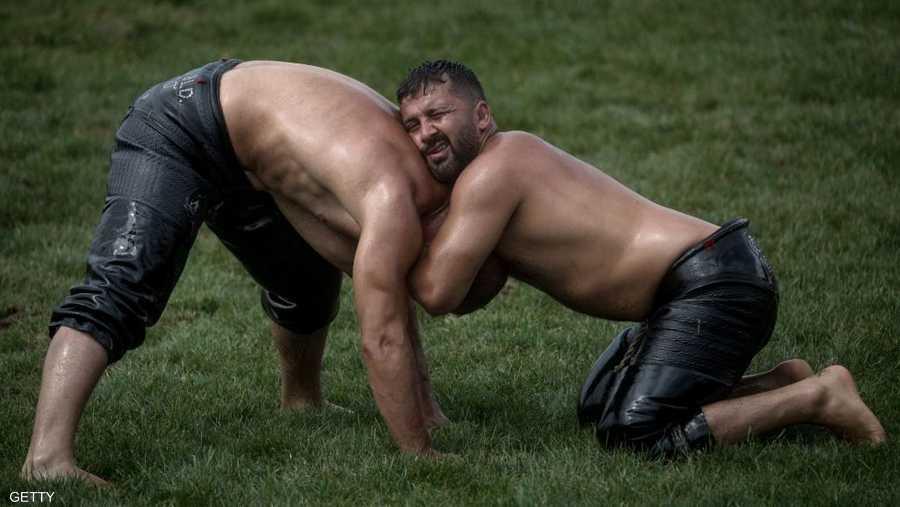 يرتدي المصارعون سراويل تغطي ما بين أسفل البطن والركبة