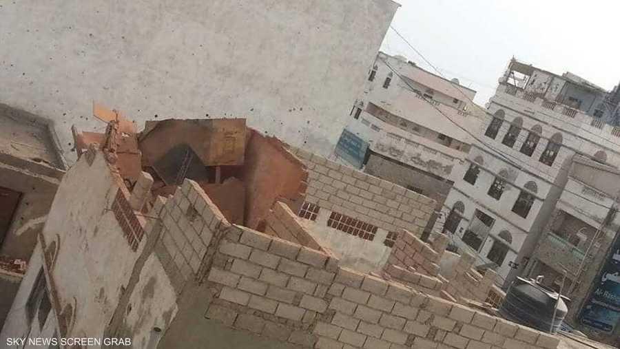 طال القصف الحوثي أيضا منزلا مجاورا