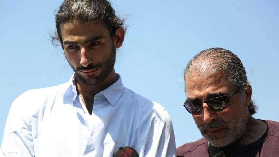 ابنها جود الزعبي وزوجها طاهر الزعبي خلال مراسم التشييع