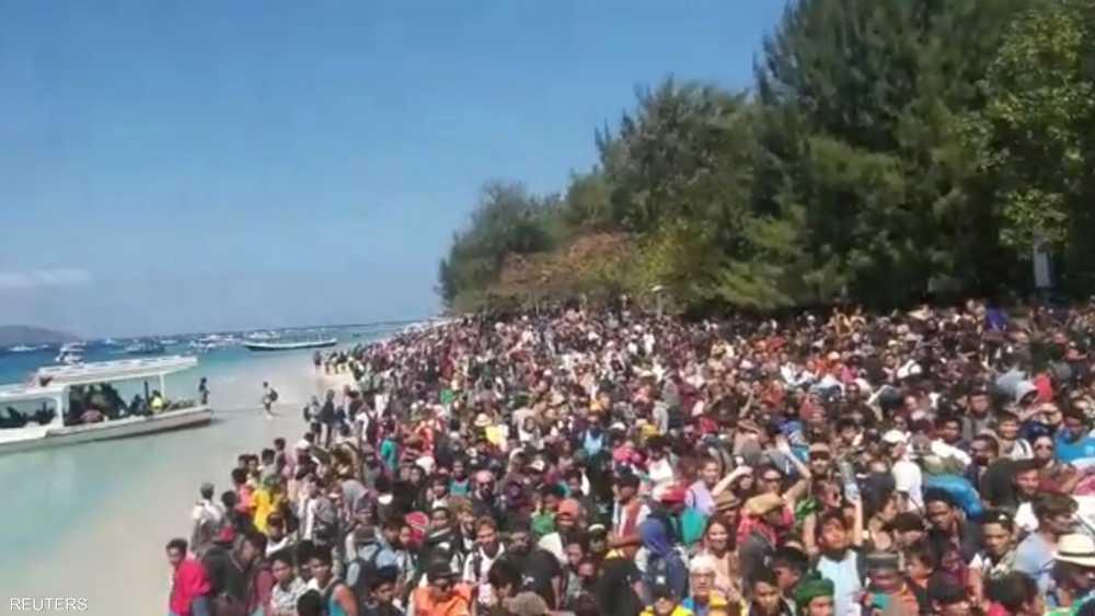 وهؤلاء تجمعوا لمغادرة جزيرة جيلي القريبة من لومبوك