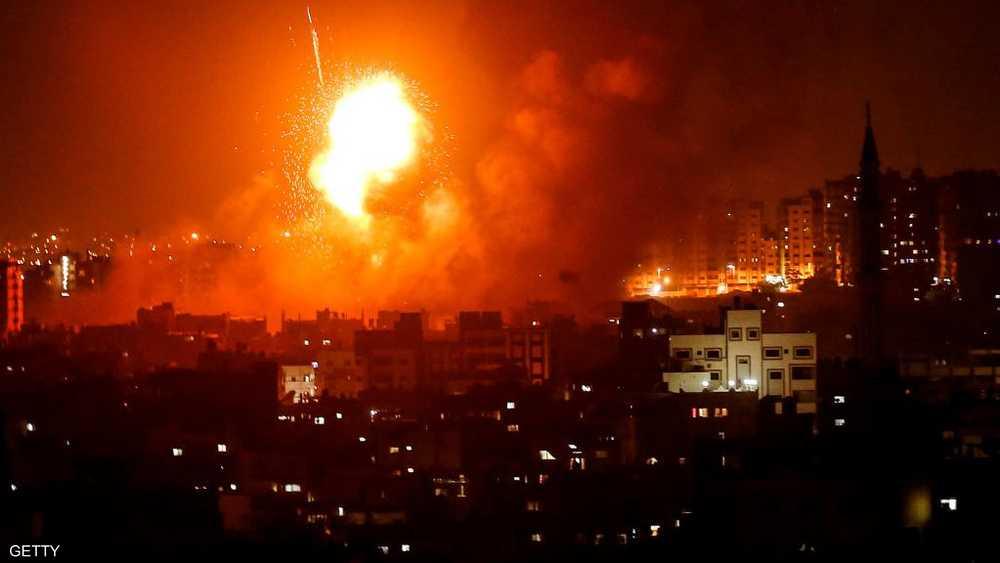 وميض انفجار بعد غارة جوية إسرائيلية على مدينة غزة