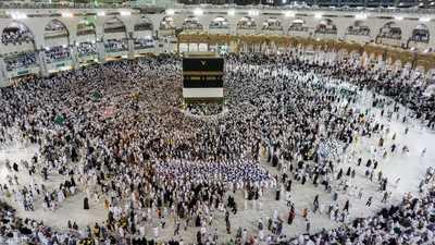 أمير مكة: رحبنا بالحجاج القطريين لكن الدوحة منعتهم