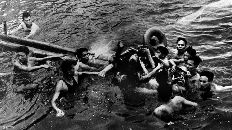 لحظة القبض عليه بعد سقوط طائرته في بحيرة بفيتنام عام 1967