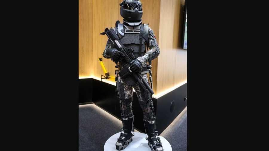 البدلة تمنح الجندي قدرات خارقة