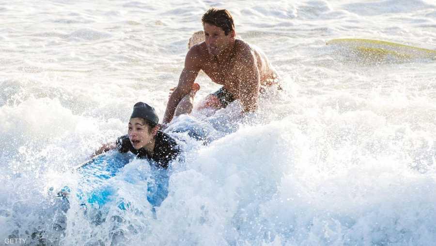 المنقذ أنطوني كارول يركب الأمواج برفقة المرأة
