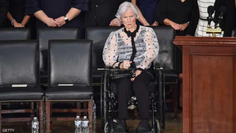 بمفردها على الكرسي المتحرك