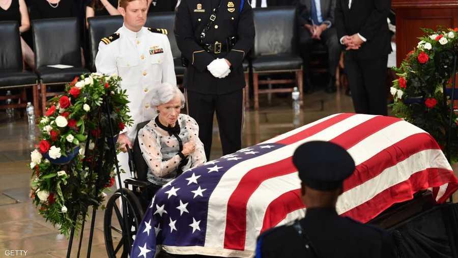 روبرتا ماكين أمام تابوت ابنها