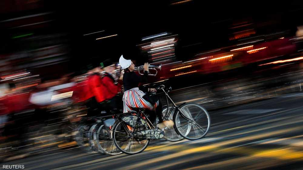 الأوركسترا الهولندية خطفت الأضواء بعرض على الدراجات