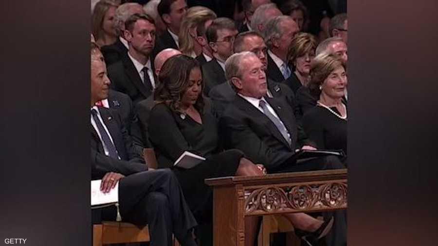 """""""موقف محرج ومضحك"""" بين أسرتي أوباما بوش في جنازة ماكين"""