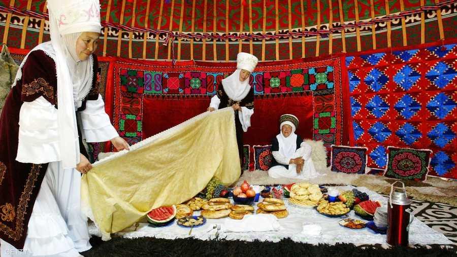عرض لأصناف الطعام والمأكولات البدوية
