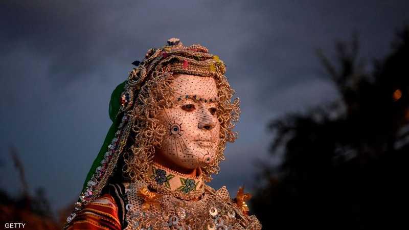 يجرى وضع قناع من مواد مختلفة على وجه العروس