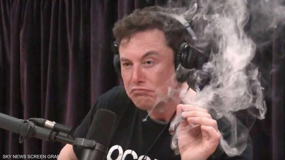 إيلون ماسك يدخن الماريغوانا