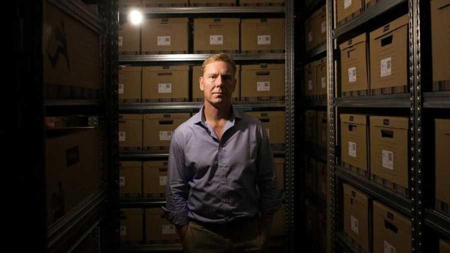 وايلي داخل قبو الوثائق المهربة.