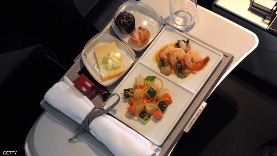 وجبات طعام الطيارين تختلف عن وجبات المسافرين وأفراد الطاقم