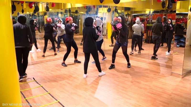 سعوديات يقبلن على دروس لتعلم الملاكمة
