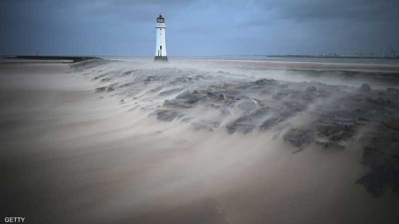 منارة بيرتش روك جنوب إنجلترا أثناء عاصفة رملية