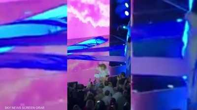 بالفيديو.. سقوط مغنية أميركية من المسرح أمام جمهورها