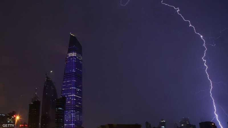 قبل الأمطار الغزيرة.. برق في سماء الكويت