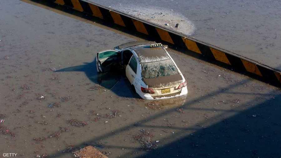 سيارة أجرة اجتاحتها مياه الأمطار الغزيرة