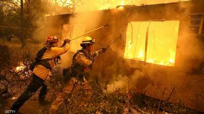 يواجه رجال الإطفاء بعض الظروف القاسية الصعبة