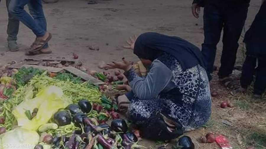 صور تعرض البائعة وبضاعتها للإيذاء دفعت الحكومة إلى التدخل