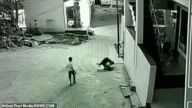 طفل ينجو بعد سقوطه من سطح مبنى