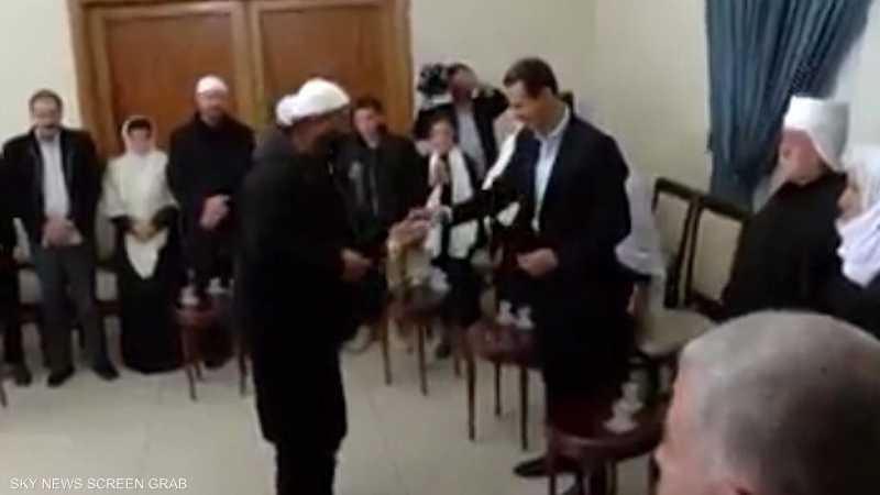 أهالي السويداء يغنون للأسد ويكسرون فنجانه