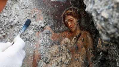 العثور على لوحة لإلهة الشغف في مدينة الرماد