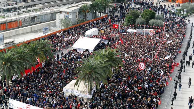 حشود غفيرة نزلت إلى الشارع