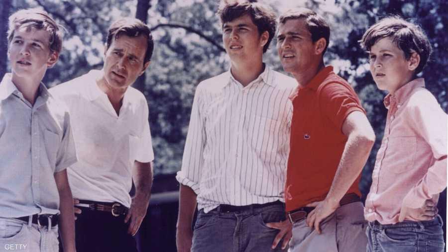 بوش الأب مع أبنائه الأربعة، ويظهر جورج الإبن بالأحمر