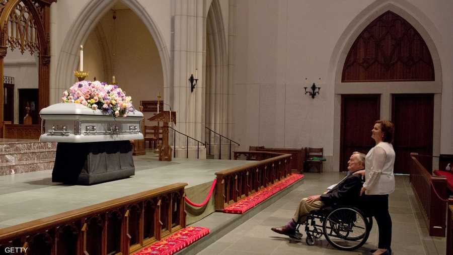 في جنازة زوجته باربرا أبريل الماضي