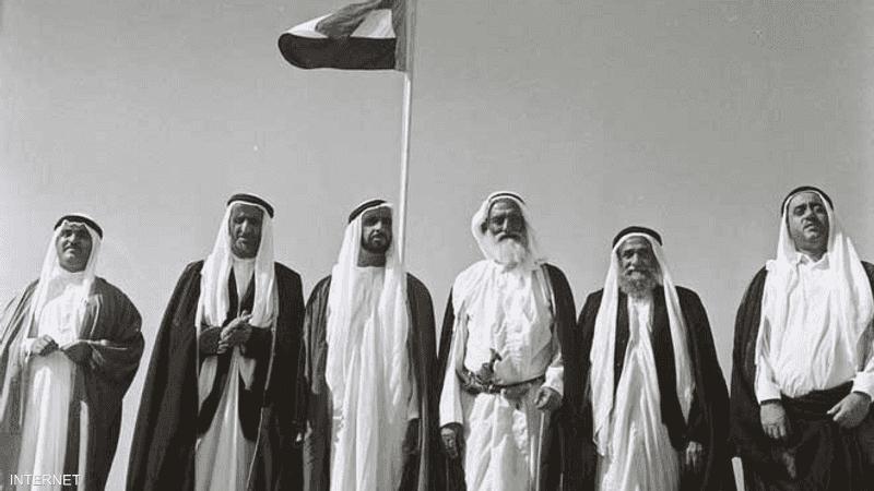الشيوخ المؤسسون يرفعون أول علم للإمارات عام 1971