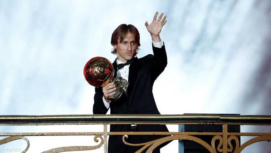 مودريتش يتسلم الكرة الذهبية