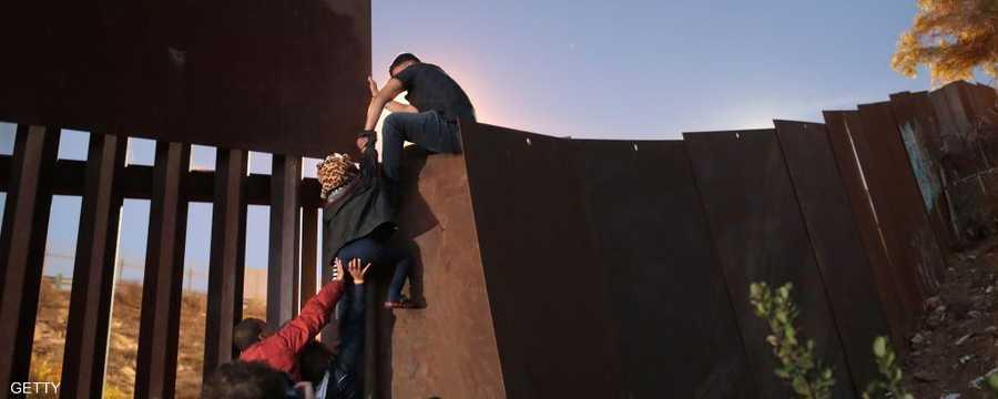 مهاجرون يحاولون الوصول إلى أميركا عبر حدود المكسيك