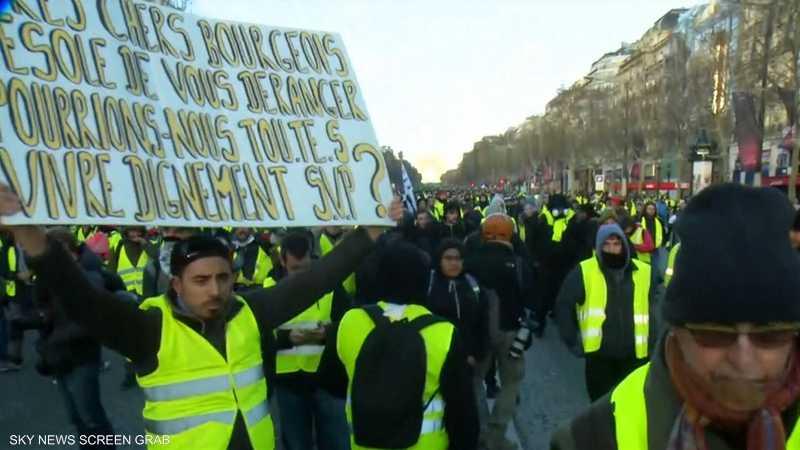مطالب المحتجين في فرنسا تتصاعد.. وشعارات باستقالة ماكرون