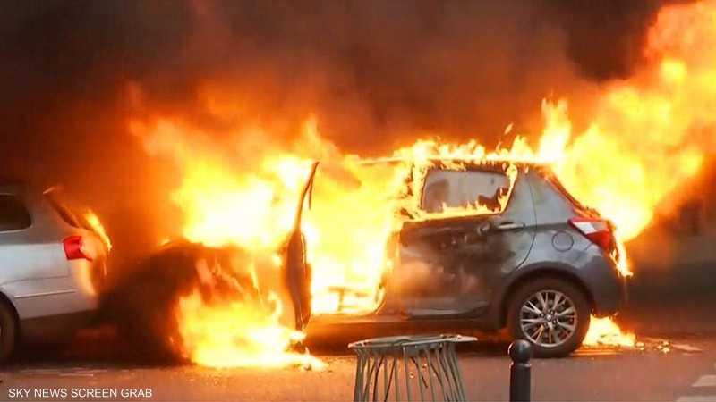المحتجون في باريس يحرقون عددا من السيارات