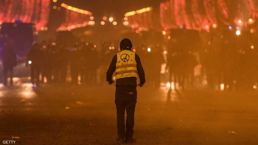 متظاهر أعزل يواجه العشرات من شرطة مكافحة الشغب بالشانزليزيه