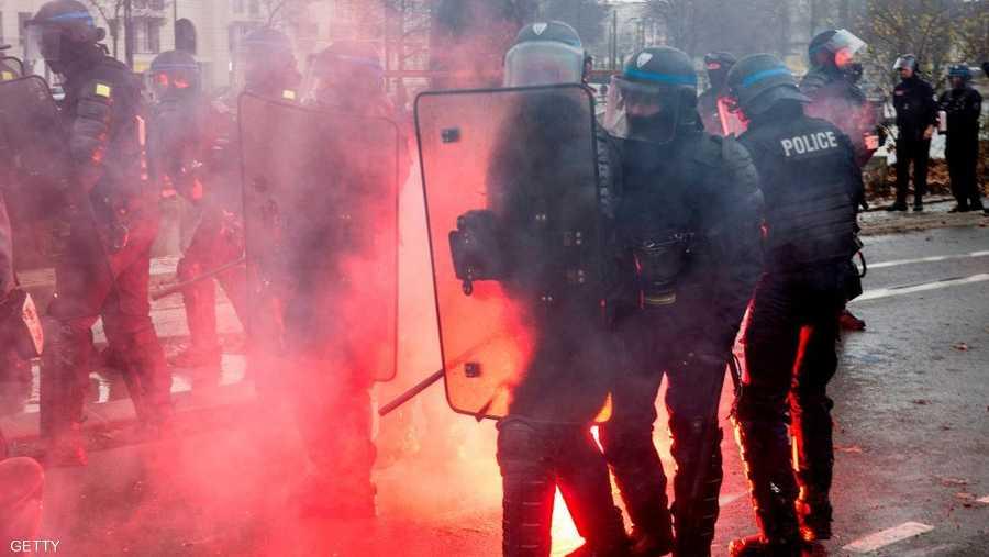 شرطة مكافحة الشغب انتشرت بباريس وتم اعتقال 1385 شخصا