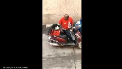 عامل الديليفري وطلبات الزبائن.. فيديو يرصد الجرم المخجل
