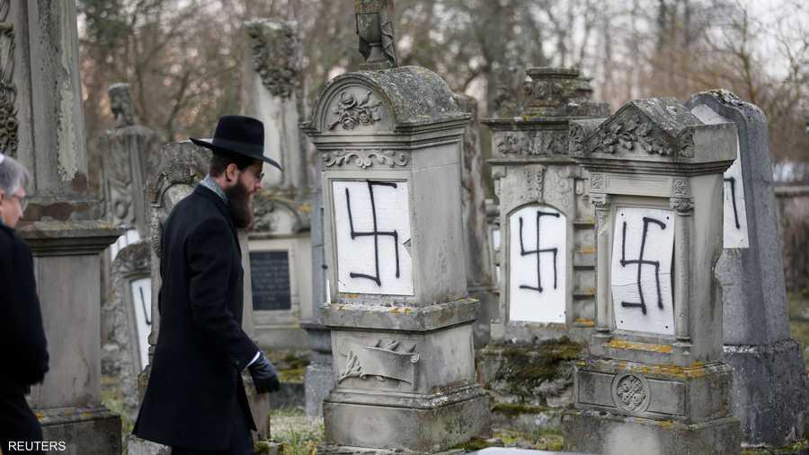 صلبان معقوفة رسمت على المقابر الواقعة قرب ستراسبورغ