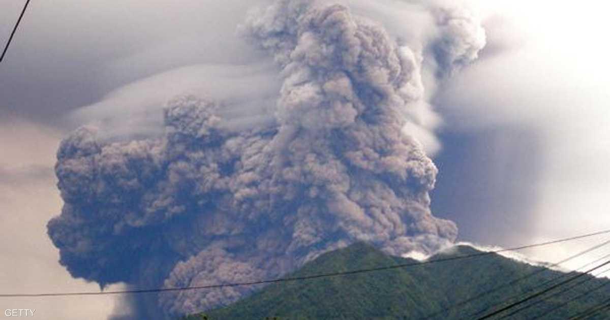 ثوران بركاني مخيف.. وعمود الدخان أطول من طرق بأكملها