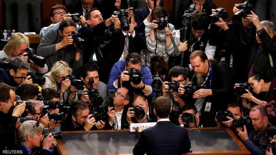 مارك زوكربيرغ يحاصره الصحفيون قبل جلسة استماع