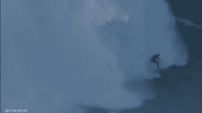 بالفيديو.. بريطاني يركب أعلى موجة في العالم