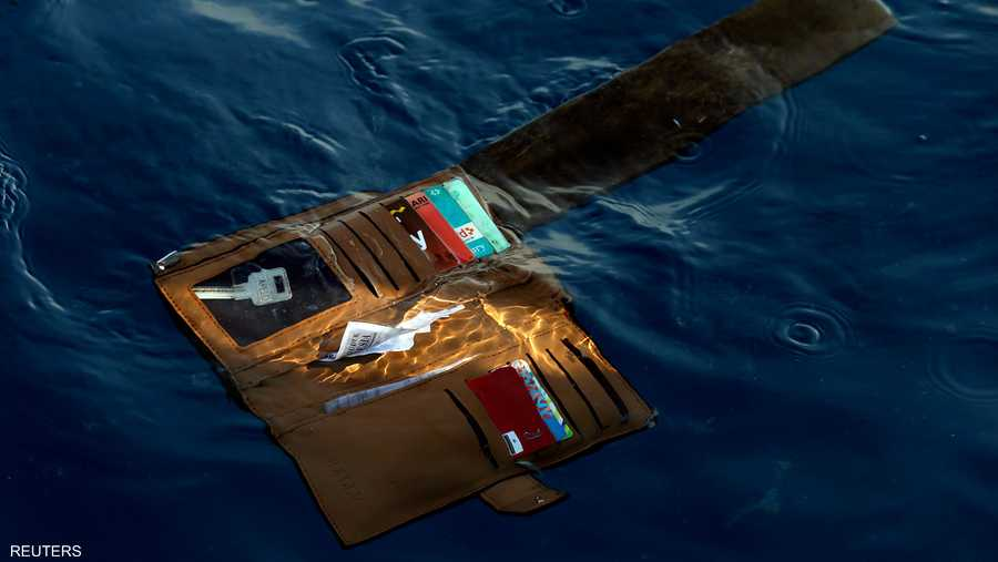 محفظة أحد ضحايا حطام طائرة ليون أير في إندونيسيا